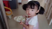 女儿给她奶奶送饺子,还不忘拿两个桃子,真没白疼她!