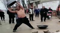 在农村街头卖铁锅的大哥太拼了,为了展示自己锅的质量,都快要冻坏了!