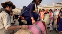 中国小伙来到南亚穷国孟加拉,当地女孩围观大声表白,网友:又骗我去娶媳妇