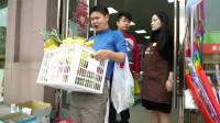 爆笑三江锅:二货买东西遇憨头夫妻吵架,结果被店主强送了一筐水果!