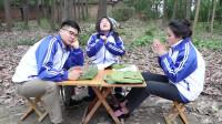 """田田的童年搞笑短剧:天冷了,如花老师教同学们玩""""踢脚""""小游戏,玩一会儿就不冷了"""