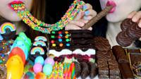 姐妹俩比赛吃甜食,一人吃巧克力,一人吃糖果,颜色绚丽多彩