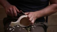 雕刻一个木制的杯子