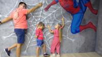萌娃小可爱们去到了一座有趣的3D世界,萌娃:爸爸快来救救我呀!宝宝被困在蜘蛛网上啦!