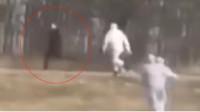 """俄罗斯一疑似患者拒绝入院疯狂逃跑 ,3名 """"全副武装""""医生猛追"""