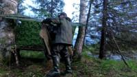 一个人带着最小的装备在针叶林里露营钓鱼