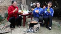 欢欢的童年:妈妈给欢欢姐妹做火锅吃,天冷了吃火锅真暖和!妈妈真好