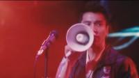 摇滚乐队在台上演出,突然被叫停了,与台下的人吵了起来