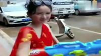 搞笑福利:洒水车太嚣张了,光明正大欺负河南美女,还好有个盆!-www.nbitc.com,慧之家