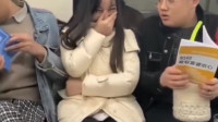 搞笑福利:北京地铁美女被这样两个活宝夹在中间,简直笑到停不下来!-www.nbitc.com,慧之家