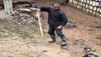 搞笑福利:湖南农村大叔喝醉了,拿着棍子对着狗子练武术,这是来搞笑的吗?-www.nbitc.com,慧之家