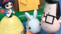 白雪公主给小兔子送胡萝卜,遇到了大头儿子和小头爸爸,白雪让他俩躲进了树屋里!