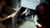 消防员打开快递柜 竟取出一个娃