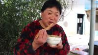 农村养猪:家里老母猪立功了,老妈做月子餐给它吃,像太后一样伺候着