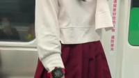 在上海做地铁的不一定是穷人,小姐姐的这一块手表,可能是你奋斗一辈子都买不起的!