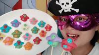 """小姐姐吃""""海盗手工巧克力"""",骷髅帽戴眼罩,果香入口甜又滑"""