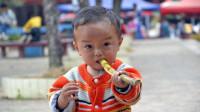 中国人敢直接啃甘蔗吓坏外国人,震惊直言:中国人都有护体神功吗?