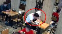 男子带蛆敲诈饭店1000元 自己被恶心吐了两回