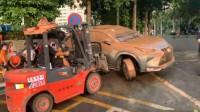 东莞暴雨超2万辆车报损 被淹车全身泥垢被叉车清出