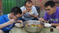 """阿远今天做""""芋儿鸡""""吃,特地蒸了锅米饭,汤汁拌饭吃着舒坦"""