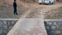 云南昆明大哥:小伙子有能耐啊,三菱欧蓝德越野车挑战窄桥,过来了就是热门,过不来就是新闻!