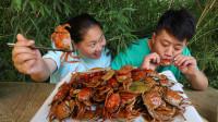 胖妹买110只小螃蟹,给其灌了1斤红酒,做成醉蟹,俩口子吃嗨了