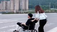轮椅坐久了,杭州小伙康复了都不知道,真的感谢一下小车司机!