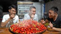 1200只小龙虾不要头,炒一锅香辣只嗦肉,一人400个吃到撑