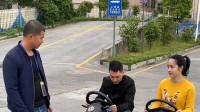 中国天津市小伙:驾校教练出招教学,想不到女学员的操作没谁了!