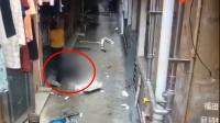 空调工从天而降掉在女子脚边 监控视频拍下恐怖瞬间