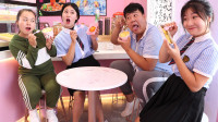 学霸王小九校园剧:老师请同学们吃烤榴莲,同学臭的吃不下,没想女同学吃的狼吞虎咽