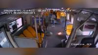 危险!公交车上乘客手机自燃现场烟雾弥漫闪火光全车人紧急疏散