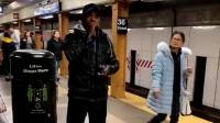 广州地铁站上,美国黑人在唱中文歌,发音比广东人还标准!