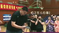 姚明当年和邓亚萍切磋乒乓球,姚明笑成表情包,这一举动彰显高情商!