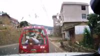 大爷骑封闭式摩托车逆行撞轿车 一头将挡风玻璃撞碎