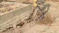 广州师傅地梁搂起来,这块地基少说也有五六吨的重量,连挖掘机也差点抬不起了
