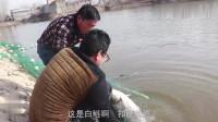 农村大叔水库捕鱼,一网下去上货1000斤大鱼,引来周围村民围观买鱼