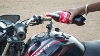 可乐倒进摩托车油箱会怎样?转动油门的瞬间,小哥欲哭无泪!
