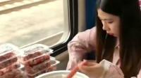 小姐姐在火车上吃火锅,你考虑过整车人的感受吗