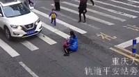 能看出来这个重庆男孩是个孝顺的孩子,挺让人感动的!