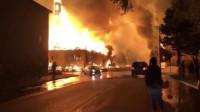 美国白人警察打死黑人事件升级:抗议者点燃整栋建筑 现场火光冲天