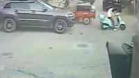 广东女孩骑电动车停在路中央,要不是监控,谁知道她经历了什么