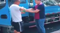 福建南平市老板:感谢高速堵车,让我一车西瓜全部卖完了。