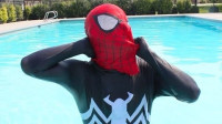 蜘蛛侠:毒液的头套出现在蜘蛛侠家里的泳池里面!