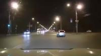 路口转弯时遇上疾驰的直行小车,瞬间悲剧惨被撞!