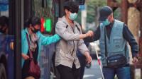 当盲人独自乘坐公交,陌生人们的做法太暖心了!
