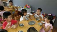 """长大后没本事的孩子,吃饭时大多会有3种""""表现"""",希望你家没有"""
