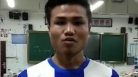 农村男孩河里苦练足球,梦想:踢进国足,为国争光! 