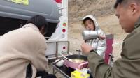 房车自驾游,一家三口在4000米海拔的野外涮火锅,竟然还下起了雪