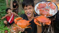 两小孩野外煮螃蟹吃,一个吃一个偷偷看,网友:都是戏精